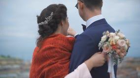 Couples se tenant sur le toit Mariée et marié heureux banque de vidéos
