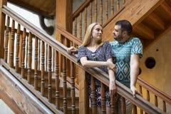 Couples se tenant sur le vieil escalier en bois Images stock