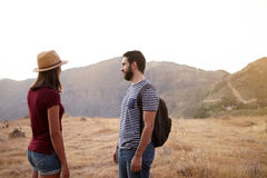 Couples se tenant sur platon sur la montagne Images stock