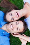 Couples se trouvant sur l'herbe Photo libre de droits
