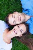 Couples se trouvant sur l'herbe Photographie stock
