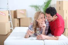Couples se trouvant sur le bâti Image stock