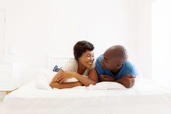 Couples se trouvant sur le bâti Photo stock