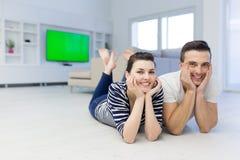 Couples se trouvant sur le plancher à la maison Image libre de droits