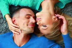Couples se trouvant sur le tapis Photographie stock