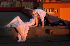Couples se trouvant sur le toit Image stock