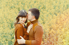 Couples sensuels attrayants dans l'amour extérieur dans la profondeur du beau Photographie stock