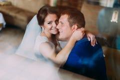 Couples sensuels de mariage Beaux jeunes mariés se tenant Plan rapproché Photos stock
