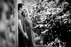 Couples sensuels de nouveaux mariés posant et étreignant près du b&w de bâtiment Images libres de droits