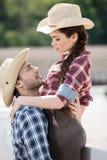 Couples sensuels de style de cowboy étreignant avec la paille Image stock