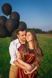 Couples sensuels embrassant dans un domaine Images libres de droits