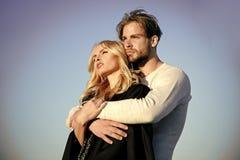 Couples sensuels Homme et femme musculaires avec de longs cheveux blonds, amour photos stock