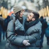 Couples sensuels romantiques de Noël dans l'amour à l'ove froid de jour d'hiver Photographie stock