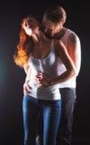 Couples sexy étreignant et embrassant Images stock