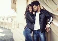 Couples sexy dans la veste en cuir image stock