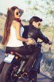 Couples sexy des motards sur la moto de coutume de vintage Image libre de droits