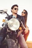 Couples sexy des motards sur la moto de coutume de vintage Photo libre de droits