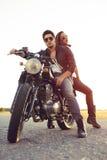 Couples sexy des motards sur la moto de coutume de vintage Image stock
