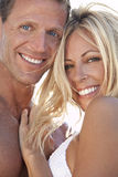 Couples sexy et heureux d'homme et de femme à la plage Photo stock