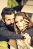 Couples sexy Jeunes couples d'intérieur Photographie stock
