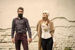 Couples sexy marchant autour de la ville Les jeunes couples s'approchent du mur Photo libre de droits