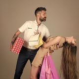 Couples shopaholic de mode Images stock