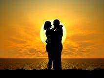 Couples silhouettés au coucher du soleil Image stock