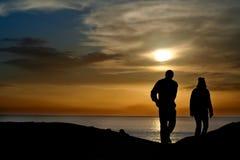 Couples silhouettés au coucher du soleil photos libres de droits
