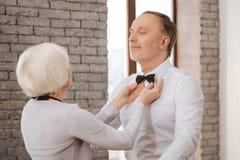 Couples soigneux mignons de danse de vieillissement exécutant dans le studio de danse Image stock