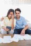Couples soumis à une contrainte faisant leurs comptes Photos libres de droits