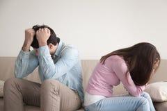 Couples soumis à une contrainte se reposant de nouveau au dos, à la famille et aux relations p photo stock