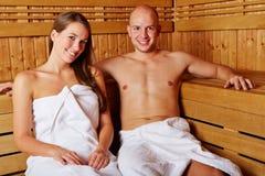 Couples souriant dans le sauna Photos libres de droits