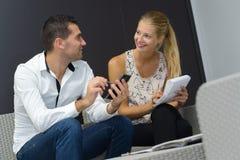 Couples souriants ayant la conversation à la maison Image libre de droits