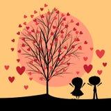 Couples sous l'arbre d'amour Photographie stock