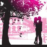 Couples sous l'arbre en stationnement de ville Image libre de droits