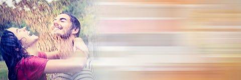 Couples sous la pluie avec la transition orange trouble Photos libres de droits