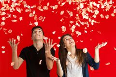 Couples sous la pluie rose. Images libres de droits