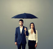 Couples sous le parapluie au-dessus de l'obscurité Images stock