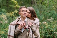Couples sous le plaid en automne romantique de forêt d'automne épousant dehors Photo libre de droits