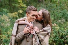 Couples sous le plaid en automne romantique de forêt d'automne épousant dehors Images libres de droits