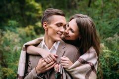 Couples sous le plaid en automne romantique de forêt d'automne épousant dehors Image stock