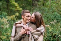 Couples sous le plaid en automne romantique de forêt d'automne épousant dehors Images stock