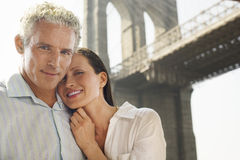 Couples sous le pont de Brooklyn Photographie stock libre de droits