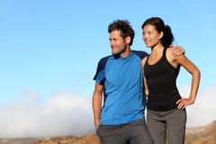 Couples sportifs de forme physique heureuse à l'extérieur photographie stock libre de droits