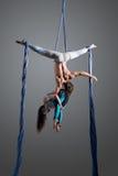 Couples sportifs faisant l'exercice avec des élastiques, soie aérienne Photographie stock