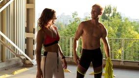 Couples sportifs heureux après la bonne formation sur un stationnement image libre de droits