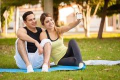 Couples sportifs prenant un selfie Photographie stock