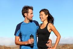 Couples sportifs sains romantiques Photos libres de droits
