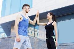 Couples sportifs se donnant la haute cinq Photos libres de droits