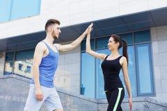 Couples sportifs se donnant la haute cinq Images stock